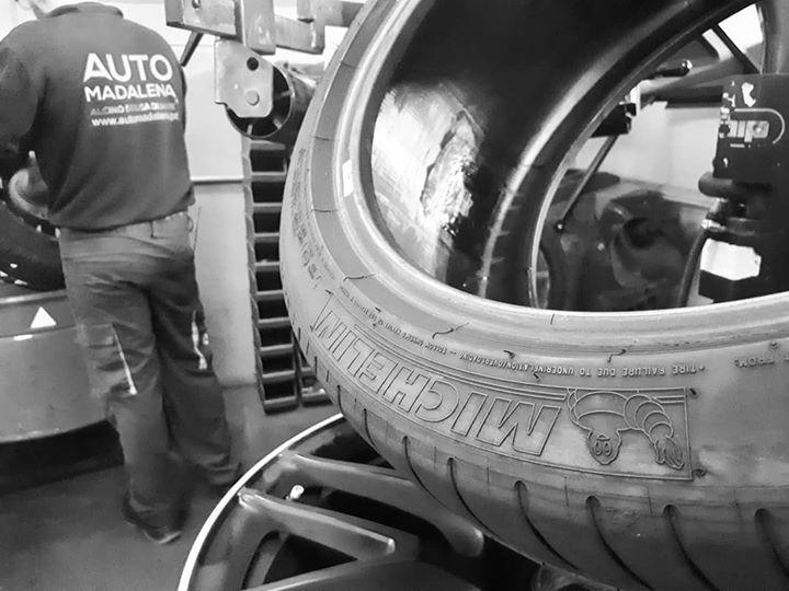 A reparar furo e a equilibrar rodas. #automadalena #sol...